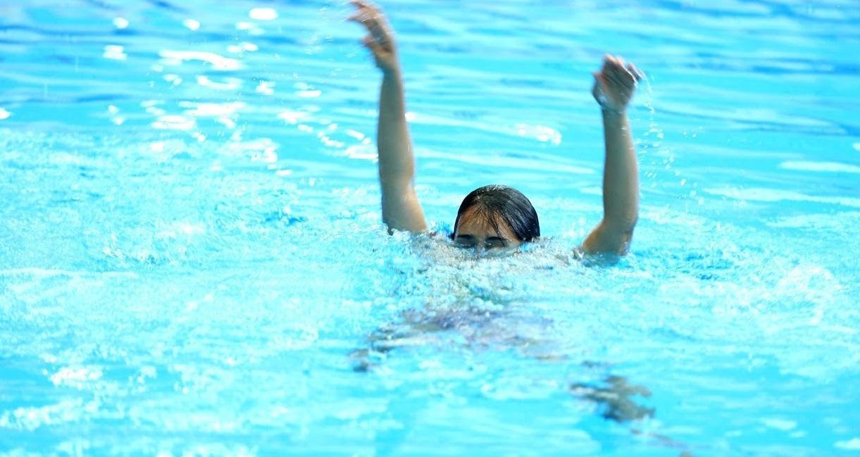 soñar con ahogarse en una piscina