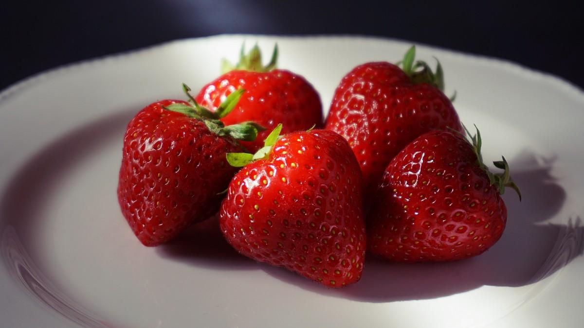 soñar con fresas maduras