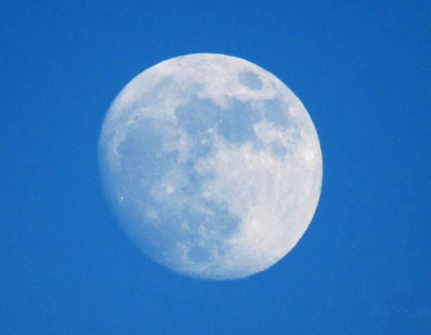 soñar con la luna blanca