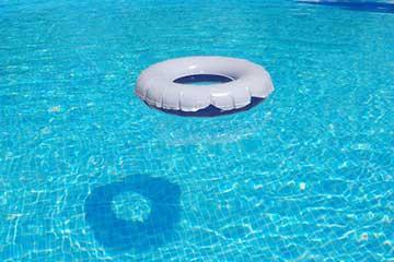 soñar con piscina limpia